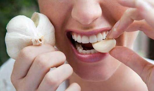 10 cách chữa trị hôi miệng khi ăn tỏi như thế nào?