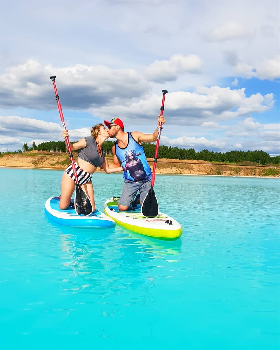 Giới trẻ đam mê sống ảo bên hồ chất thải độc hại gây sốt mạng xã hội