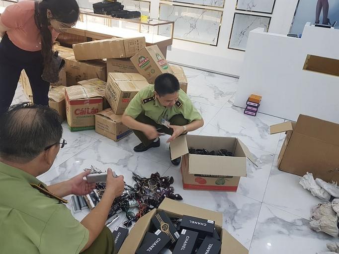 Hàng nghìn sản phẩm giả nhái ở chợ Bến Thành và Sài Gòn Square bị thu giữ