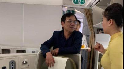 khach-thuong-gia-so-soang-tren-may-bay-bi-moi-len-lam-viec