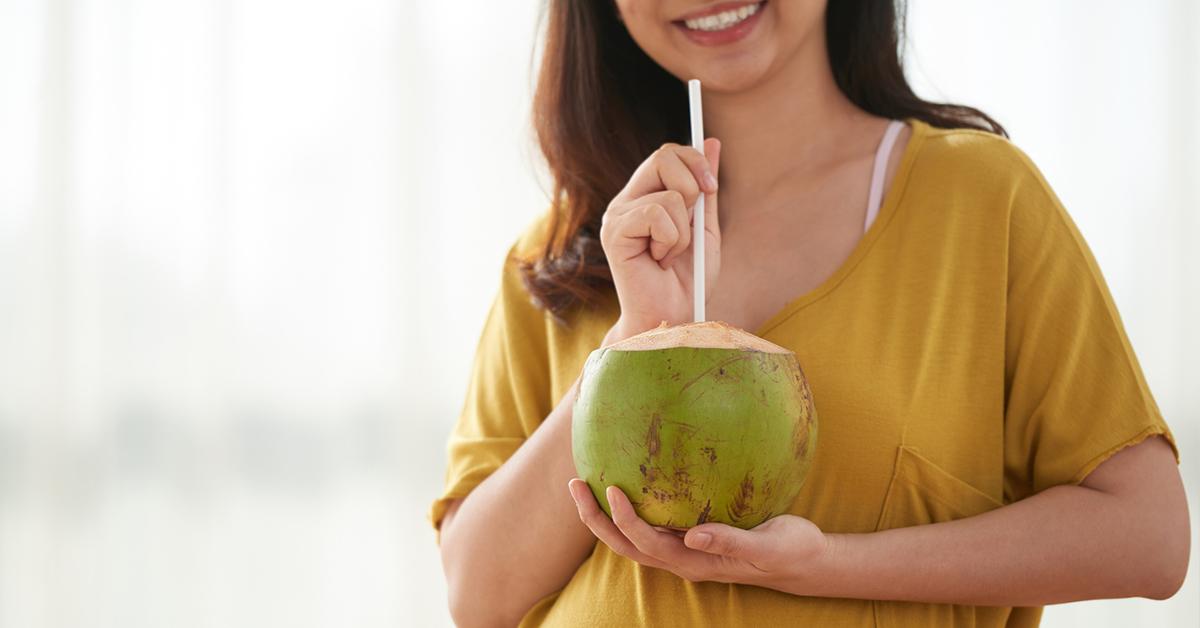 Nên hay không uống nước dừa trong kì kinh nguyệt?