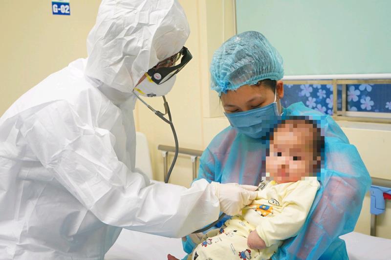 Bé 3 tháng tuổi – bệnh nhân nhiễm Covid-19 nhỏ tuổi nhất Việt Nam xuất viện
