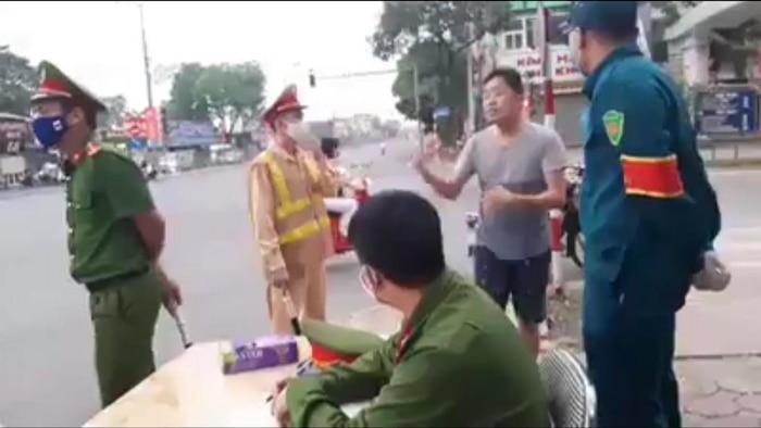 Không đeo khẩu trang khi ra đường, một bác sĩ bị phạt 200.000 đồng