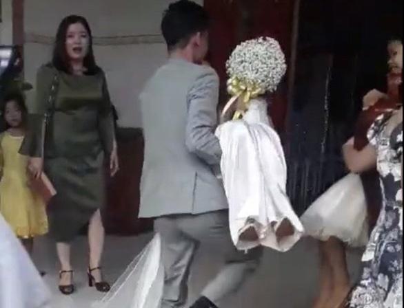 Người trong cuộc nói gì về clip chú rể bế cô dâu đi vào cửa chính