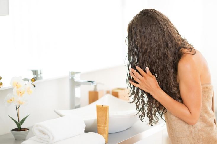 Giữ nếp tóc uốn không khó nếu bạn làm theo những cách này