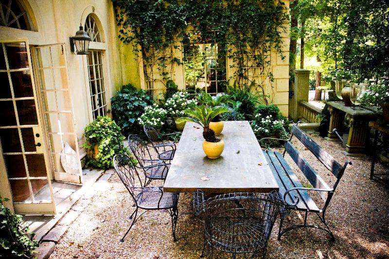 Phong cách Địa Trung Hải được áp dụng vào các khu vườn như thế nào?